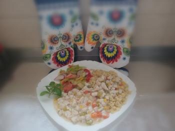 Gotowana pierś z kurczaka z warzywami i kaszą bugur